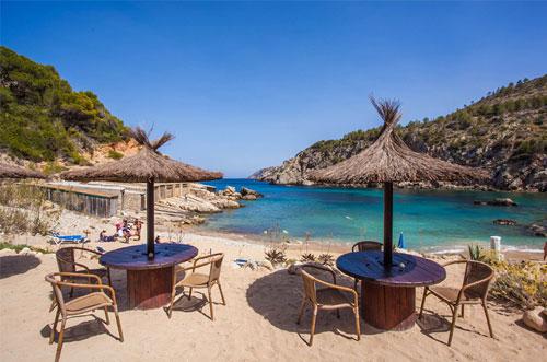 Rustig strand op Ibiza Cala d'en Serra